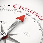 Pfeil von einem Kompass zeigt auf das Wort Challenge